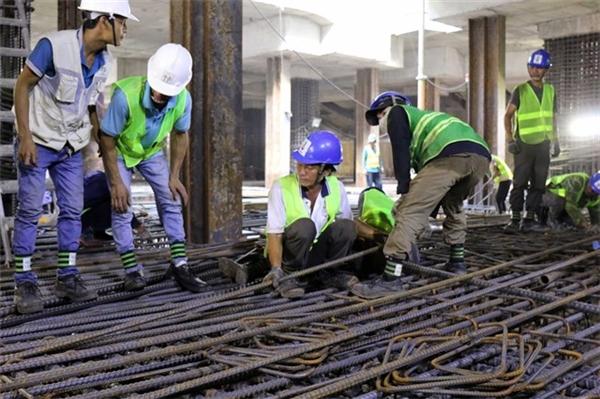 Các kĩ sư người Nhật đang chỉ đạo công nhân thực hiện công việc quan trắc môi trường tầng hầm. (Ảnh: internet)