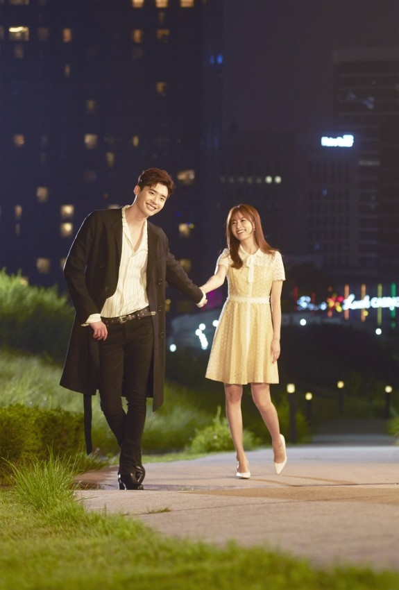 Lee Jong Suk với Han Hyo Joo tung loạt ảnh tình tứ trước giờ lên sóng