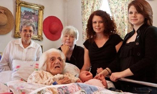 6 thế hệ cùng có mặt trong một tấm ảnh. Dường như vẫnchưa muộn cho ngườibà 111 tuổi nàycóthêm vàiđứa chắt nữa.