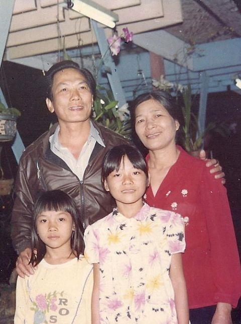 Bức ảnh Mỹ Tâm chụp cùng bố mẹ và chị gái Mỹ Quý. - Tin sao Viet - Tin tuc sao Viet - Scandal sao Viet - Tin tuc cua Sao - Tin cua Sao