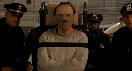 Mặt nạ là thứ duy nhất để ngăn cản tên bác sĩ biến thái.