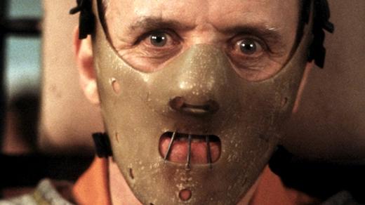 Ẩn đằng sau mặt nạ là cả một ánh mắt cuồng loạn, vô nhân tính của tên sát nhân.