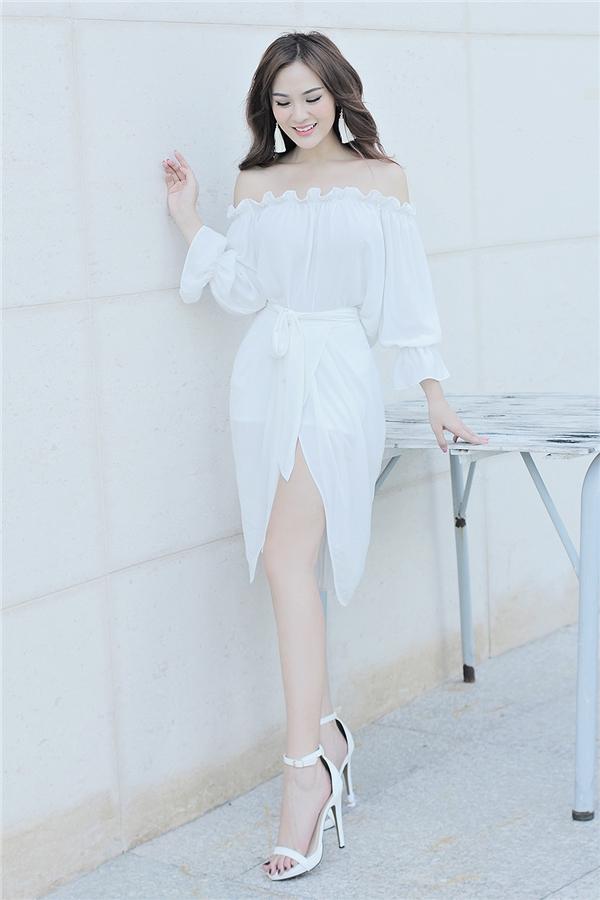 Kelly sành điệu với một 'cây' trắng khoe khéo làn da trắng mịn cùng đôivai trần đầy quyến rũ.