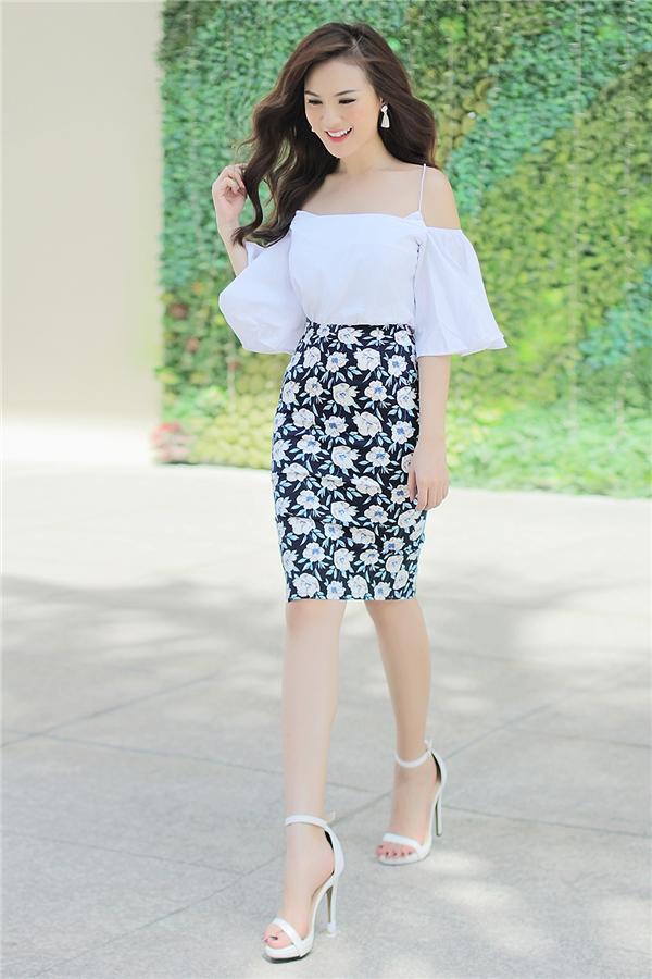 Trong một set đồ khác, Kelly nổi bật với chiếc váy hoa họa tiết ấn tượng phối với áo trắng đơn giản để dung hòa lại. Cô luôn biến hóa và làm mới bản thân bằng những sự thay đổi phong cách thời trang khác nhau.