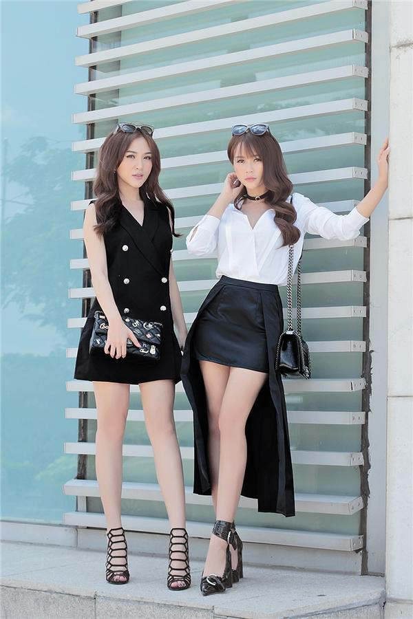Chọn những bộ trang phục đen ấn tượng, Kelly kết hợp đầm đen với phụ kiện túi xách, giày dây và chiếc mắt kính tạo điểm nhấn.
