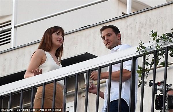 Người đẹp Dakota Johnson và Jamie Dornan diễn cảnh tình tứ trên ban công khách sạn hướng ra tháp.