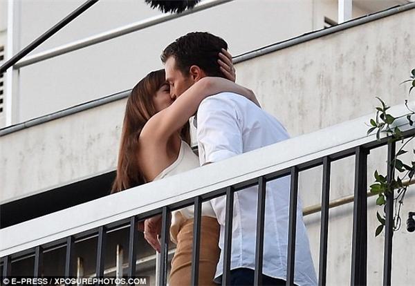 Cô sinh viên Anastasia Steele và ông chủ Christian Grey có màn khóa môi lãng mạn.