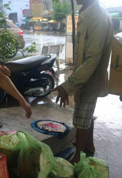 Người chứng kiến đã mua ủng hộ cho hai bố con 2 trái dừa.