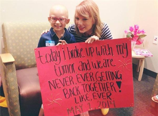 Những câu chuyện Taylor Swift thăm bệnh nhi ung thư, động viên tinh thần các bé luôn khiến người ta cảm kích nữ ca sĩ nhiều hơn.