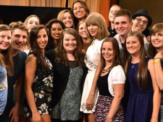 Hình ảnh thân thiện của Taylor Swift bên người hâm mộ.