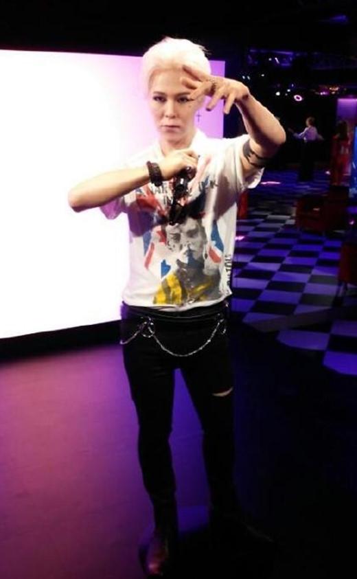 """Tháng 8 năm ngoái, bảo tàng tạiMusee Grevin công bố tượng sáp của G-Dragon khiến nhiều người """"ngã ngửa"""". Ngoài trang phục được đầu tư, gương mặt và thần thái của bức tượng hoàn toàn khác xa với người thật. Các fan nhận xét gương mặt của thủ lĩnh Big Bang trông giống người Trung Quốc, thậm chí còn bị già hơn khá nhiều tuổi."""