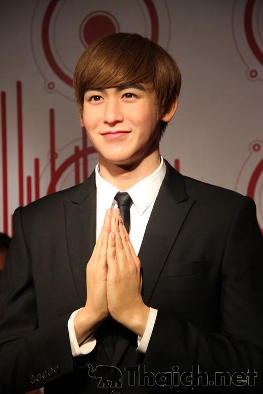 Hoàng tử Thái, Nichkhun (2PM) là một trong những trường hợp khá thành công của bảo tàng dựng tượng, trừ đôi môi có phần nữ tính hơn so với phiên bản người thật.