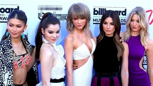 Taylor Swift luôn là trung tâm trong nhóm bạn thân chân dài, xinh đẹp.