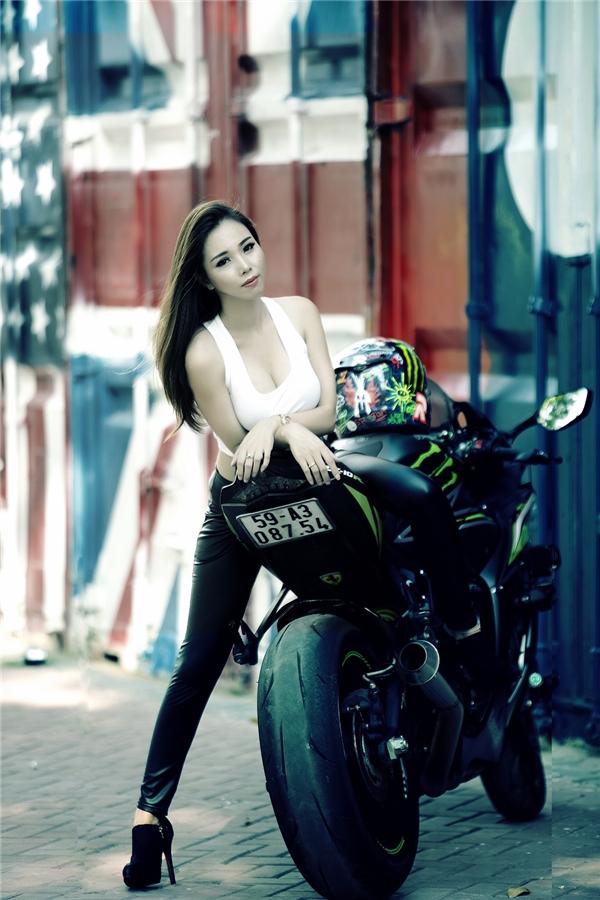 Thương Bella tạo dángrất ấn tượng bên xe mô tô cực chất.