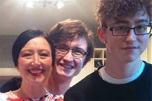 Andy có gương mặt giống y hệt Alex, đứa con trai 23 tuổicủa Caroline.