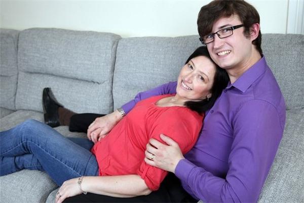 Người mẹ kết hôn với chàng trai giống hệt con mình gây tranh cãi