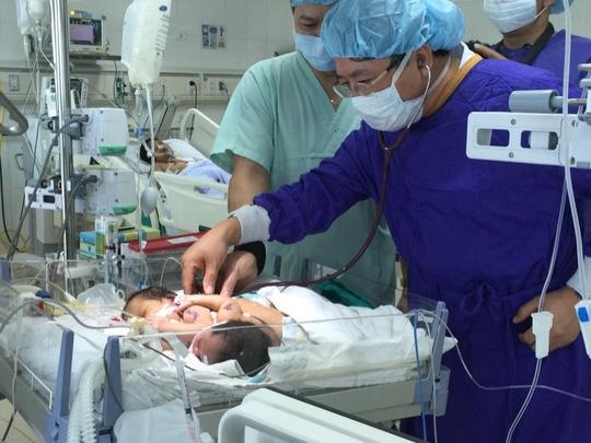 Đội ngũ bác sĩ bệnh viện Việt Đức khám kiểm tra sức khỏe cặp song sinh. (Ảnh Internet)