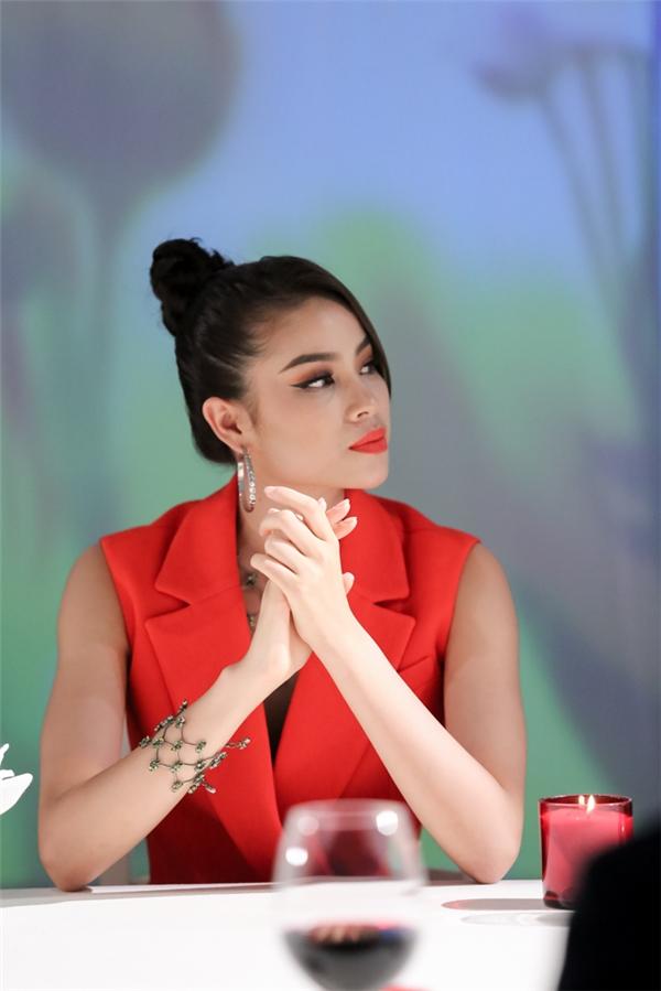 """Trong 5 tập phát sóng vừa qua của The Face Vietnam 2016, Phạm Hương gây ra nhiều tranh cãi khi phát ngôn một đằng nhưng hành động lại một nẻo và bị khán giả, thậm chí thí sinh trong chương trình """"soi"""" tận gốc."""