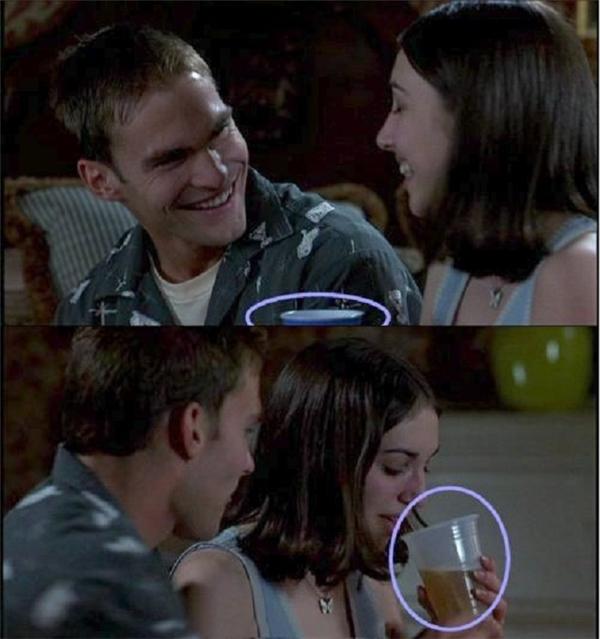 Trong phim American Pie, cô gái cầm cốc bia màu xanh nhưng ngay sau đó, chiếc cốc lại chuyển sang màu trắng một cách huyền bí.