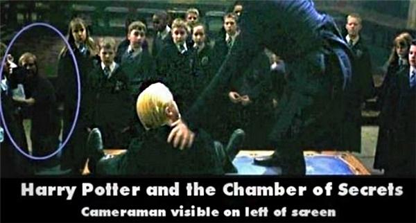 Hai thợ quay phim tình cờ xuất hiện trong Harry Potter và căn phòng bí mật. Họ ở đó để làm gì?