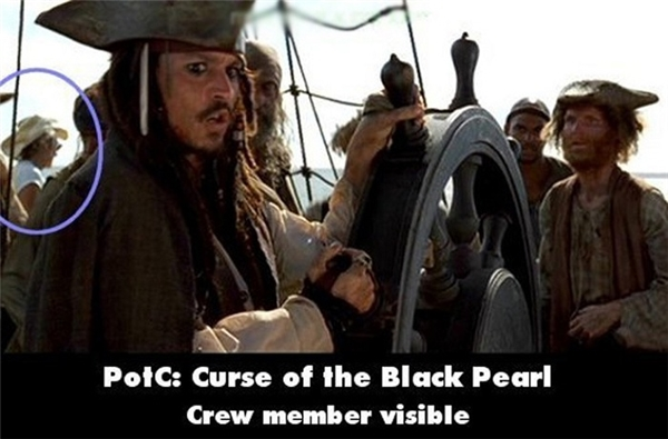 """Trong phim Cướp biển vùng Carribe - Lời nguyền của ngọc trai đen, một thành viên trong đoàn làm phim đã vô tình lọt vào ống kính máy quay. Anh chàng """"dễthương"""" này đội mũ cao bồi, mặc áo sơ mi trắng và đeo kính râm đang mải mê ngắm biển."""