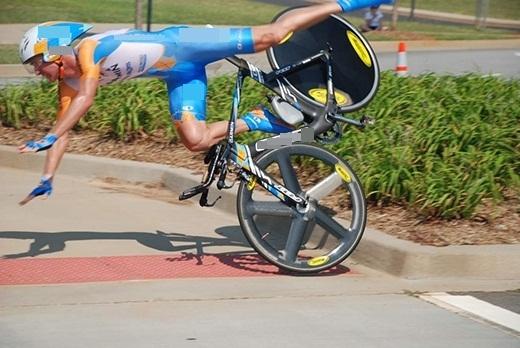Chiếc xe đạp nổi loạn giận dỗi gì mà không thèm đua nữa, hất cả chủ của nó xuống đất rồi.