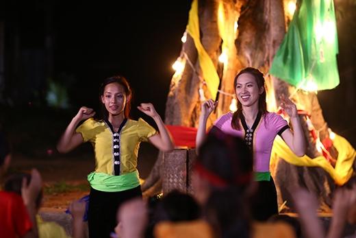 Vân Quỳnh và Phương Anh Đàohào hứng thể hiện vũ đạo cùng các bé.