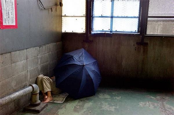 Người đàn ông đang đánh một giấc ngon lành trong chỗ trú ẩn của mình.