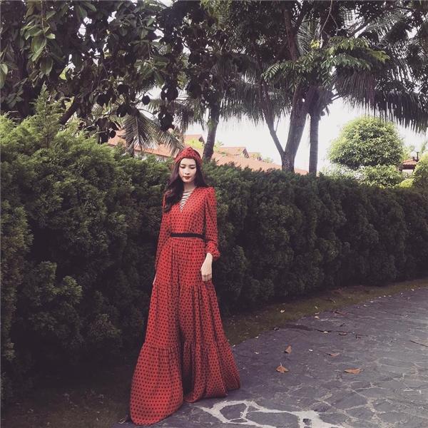 Hoa hậu Việt Nam 2012 diện váy xòe rộng với sắc đỏ nổi bật. Thiết kế mang âm hưởng tự do, phóng khoáng với chất liệu mềm mại, nhẹ nhàng kết hợp cấu trúc, chi tiết gấp li nhỏ phân tầng. Đặc biệt, tổng thể càng trở nên thú vị hơn với chiếc khăn turban.