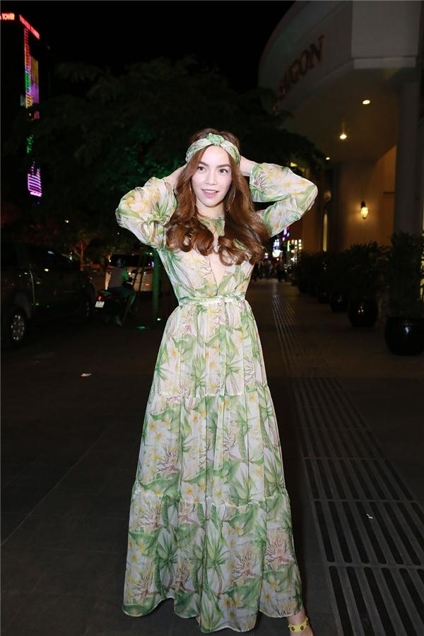 Bộ trang phục này nhanh chóng bị so sánh với thiết kế mà Hồ Ngọc Hà từng diện để tham gia một show diễn thuộc khuôn khổ Vietnam Designer Fashion Week 2016. Trái ngược với sắc đỏ, bộ cánh của giọng ca Tội lỗi sử dụng sắc xanh, trắng làm chủ đạo với loạt họa tiết hoa lá đậm chất thời trang Xuân - Hè.