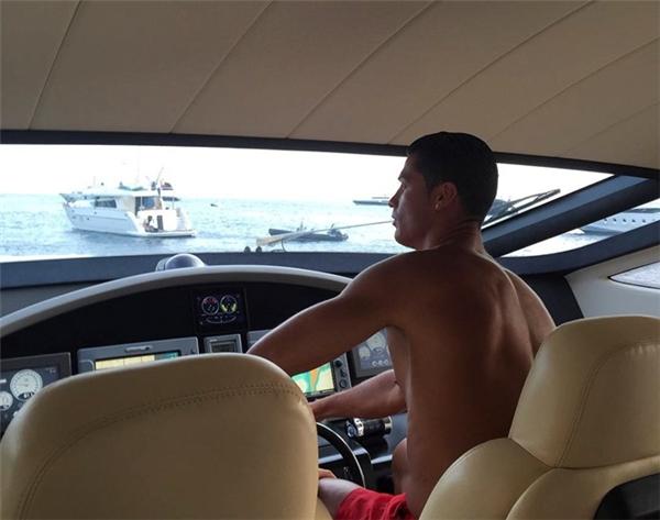 """Trong bức ảnh gần nhất đăng tải lên tài khoản mạng xã hội Instagram, Cristiano Ronaldo cầm lái chiếc du thuyền sang trọng MY Asciari với dòng chú thích """"Cristiano Captain"""" - """" Thuyền trưởng Cristiano"""". Đây là chiếc du thuyền CR7 thuê với giá 90.000 euro một tuần để cùng gia đình và bạn bè tận hưởng kỳ nghỉ tại chuỗi quần đảo Ibiza, Formentera (Tây Ban Nha). (Ảnh: internet)"""