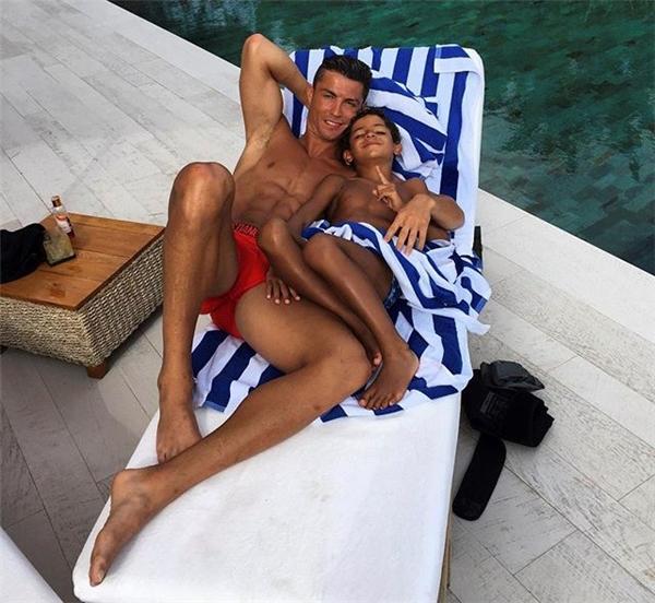Quãng thời gian tuyệt vời của ông bố đơn thân bên cậu nhóc mà anh hết mực yêu thương, Cristiano Jr. (Ảnh: internet)