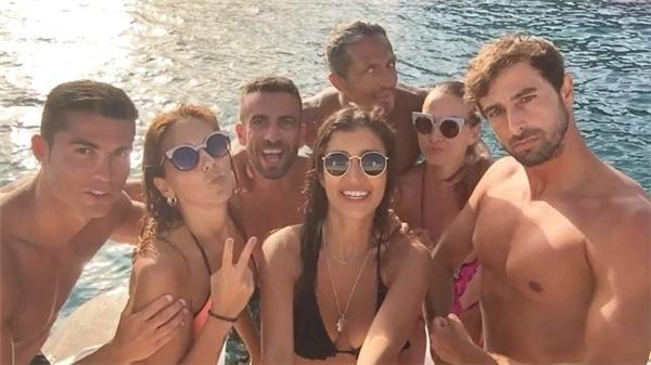 Ronaldo trải qua phút giây vui vẻ bên bạn bè. (Ảnh: internet)