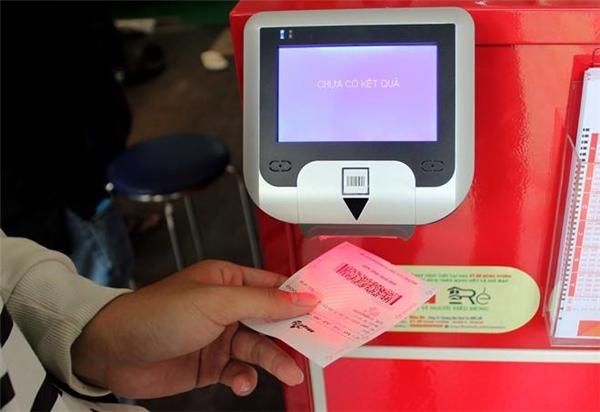Đồng giá với vé số truyền thống: 10.000đ/vé nhưng giá trị giải thưởng độc đắc của vé điện tử tự chọnlại hơn gấp chục lần.(Ảnh Internet)