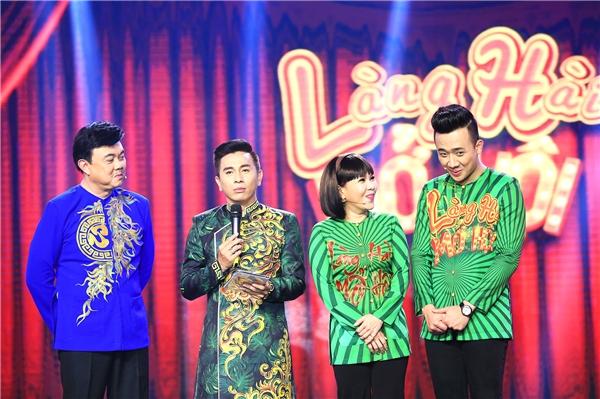 """Ba diễn viên hài Chí Tài, Việt Hương và Trấn Thành cùng ngồi """"ghế nóng"""" đêm chung kết."""