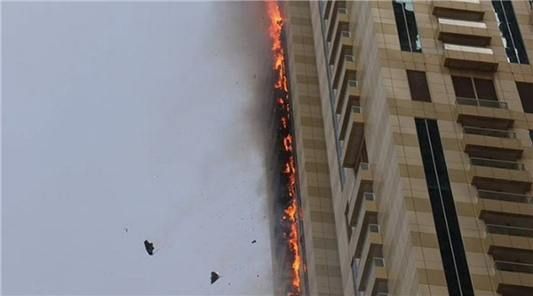 Tòa tháp 75 tầng Sulafa ở Dubai Marina bốc cháy dữ dội. (Ảnh Internet)