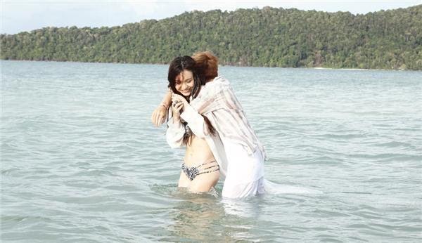 MLee khoe thân hình bốc lửa bên cạnh Soobin Hoàng Sơn. Cả hai vô tư đùa giỡn trên biển.