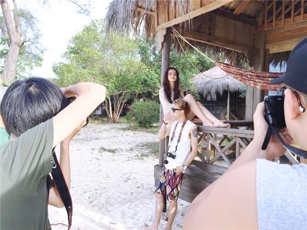 """Nữ rapper kiêm ca sĩ đã phải """"tự thân vận động"""" để đầu tư thực hiện MV tại Campuchia với sự giúp đỡ của nhiều anh em thân thiết trong nghề như: đạo diễn Bobby Nguyễn, nhà sản xuất Touliver, Soobin Hoàng Sơn.."""