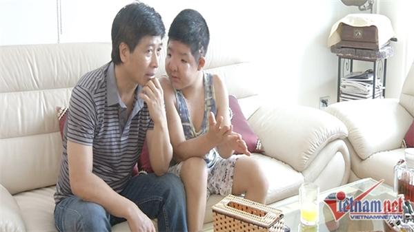 Mới 14 tuổi nhưng béAnh Tuấn đã trải qua 10 lần phẫu thuật trong đó 5 lần là đại phẫu. Quốc Tuấn từng rơi vào cảnh tuyệt vọng khi bất lực vì không thể cứu giúp được con trai. (ảnh: Vietnamnet) - Tin sao Viet - Tin tuc sao Viet - Scandal sao Viet - Tin tuc cua Sao - Tin cua Sao