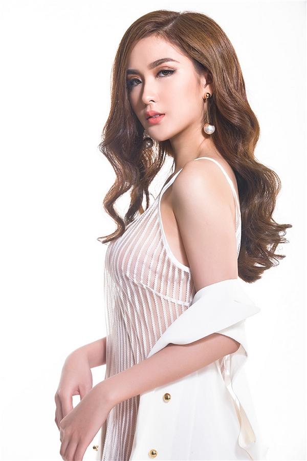Diện váy trắng mỏng tang, Ngọc Loan khéo léo phối thêm áo blazer bên ngoài để tiết chế vẻ gợi cảm.
