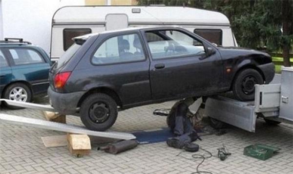 Anh ấy hẳn phải có lòng tin mãnh liệt lắm với phương thức nâng xe này.