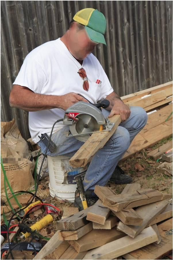 Ông ấy cũng đã cưa được kha khá gỗ rồi nên chắc cách này cũng... không sao đâu nhỉ?