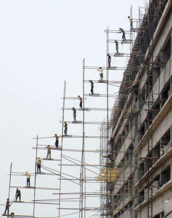 Trông thì cheo leo nguy hiểm kinh người đấy nhưng cũng không thể không nể phục tinh thần đồng đội phi thường của các công nhân xây dựng này.