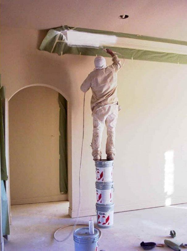 Làm thế nào anh ấy leo lên được 3 thùng sơn ấy nhỉ?