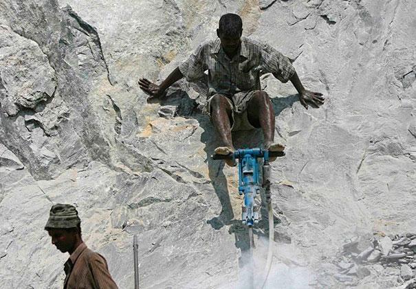 """Danh hiệu """"công nhân đỉnh của năm"""" đã thuộc về chàng trai dùng chân điều khiển máy khoan đá một cách """"thần sầu"""" này."""
