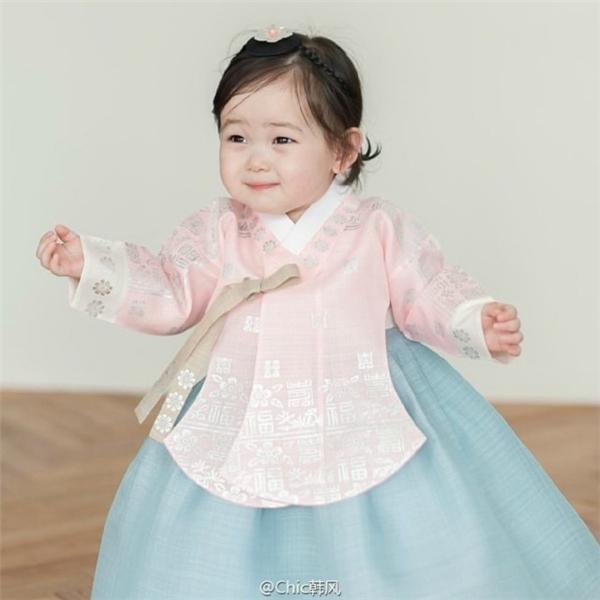 Yêu chết mất độ dễ thương của tiểu thiên thần Hanbok vạn người mê