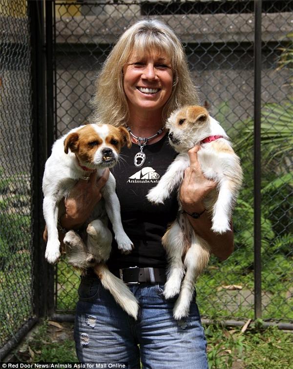Jill Robinson cùng Si Bao và Muddie, đứa con còn sống duy nhất của nó.