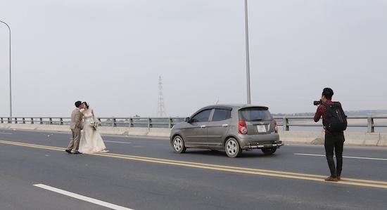 Trước đó, một cặp đôi trẻ khác cũngtừng chụp hình giữa cầu Vĩnh Thịnh - Sơn Tây. (Ảnh: Internet)