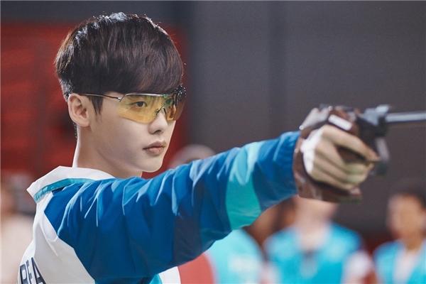 Phim vừa lên sóng, Lee Jong Suk bị tống vào tù, suýt bị sát hại