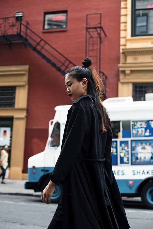 Người đẹp kết hợp váy ngủ đáp ren cùng áo khoác dáng dài.